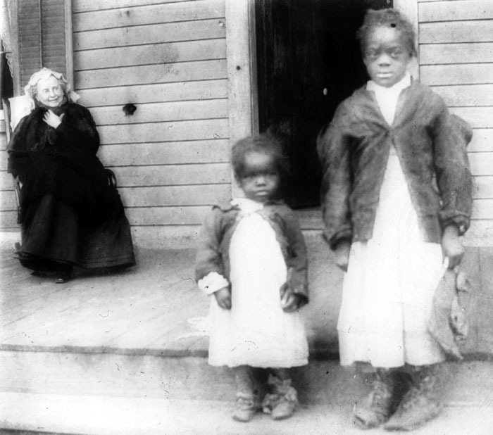 Mrs. Jones and two newcomers to the Leonard Street Orphans Home, founded in 1890 for girls by L.M. Lawson and directed by Amy Chadwick from 1903 to 1936; orphans attended Spelman for free.<br />